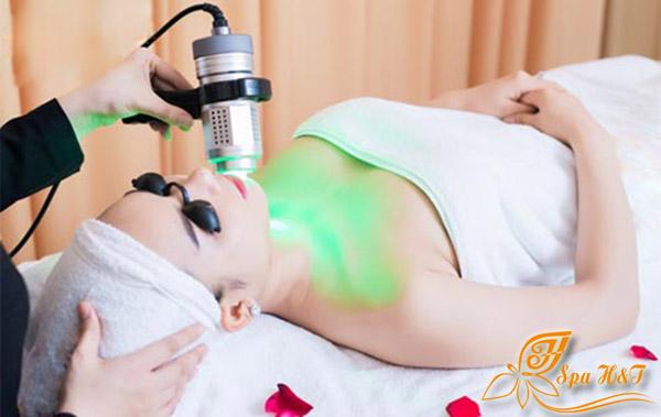 Chiếu ánh sáng sinh học Green Laser giúp tiêu viêm các mụn mủ, mụn bọc.